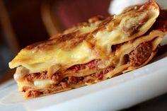 Würzige Lasagne mit zweierlei Saucen: Einer herzhaften Bolognese und einer würzigen Champignon-Sahne-Sauce.