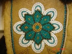 Beautiful design! Indian Beadwork, Native Beadwork, Native American Beadwork, Loom Craft, Beaded Moccasins, Beadwork Designs, Bead Sewing, Indian Crafts, Nativity Crafts