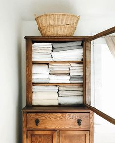 Looking for an idea to change the decoration of your living room? It will beautify your home at a lower cost. Antique Hutch, Rustic Hutch, Antique Decor, Home Decor Inspiration, Decor Ideas, Diy Ideas, Cozy House, Home Organization, Basket Organization