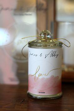 ΜΠΟΜΠΟΝΙΕΡΑ ΓΑΜΟΥ Γυάλινο αρωματικό κερί με καπάκι, θεματική εκτύπωση και 5 κουφέτα Χατζηγιαννάκη. Flask, Barware, Perfume Bottles, Perfume Bottle, Tumbler