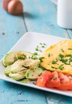 Je kunt een gebakken ei heerlijk eten als ontbijt maar ook als lunch. Aangevuld met avocado, tomaat en kruiden is dit een voedzaam ontbijt