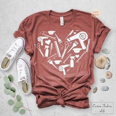 Ten produkt jest niedostępny AY, This t-shirt is Made To Order, one by one printed so we can control the quality. Makeup Shirts, Hair Stylist Shirts, Hairstylist Quotes, Saloon, Shirt Hair, Hair Quotes, Salon Style, Spa, Shirt Designs