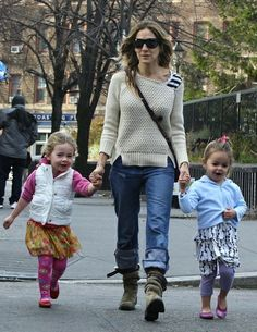 Sarah Jessica Parker and daughters | chunky knit, boyfriend jeans