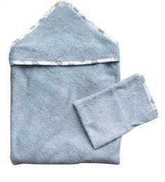 Saviez-vous que le bambou est jusqu'à 60% plus absorbant que le tissu éponge en coton ? Utilisez la cape de bain Timboo fabriquée en bambou pour sécher votre bébé après son bain. Cette cape de bain est accompagnée d'un gant de toilette super doux.