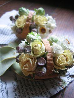 Dried flowers in walnut-shell baskets. なんて大きな胡桃の殻、と驚く人が居ますが、花が小さいだけなんです。