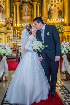 10 pasos que toda pareja debe saber de memoria antes de su ceremonia religiosa.  #Matrimoniocompe #Organizaciondebodas #Matrimonio #Novios #TipsNupciales #CaminoAlAltar #MatriPeru #BodaPeru #MatrimonioReligioso #BodaReligiosa Wedding Dresses, Fashion, Wedding Card, Religious Wedding, Kiss, Bridesmaids, Bride Gowns, Wedding Gowns, Moda