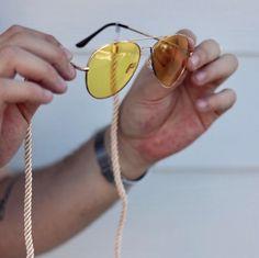Quem disse que precisa gastar fortunas para estar na moda hein? Tava doido por um óculos amarelo encontrei esse no site @zerouv por menos de 10 doletas  A cordinha é outra trend alert  comprei no @amazon por menos de 10 dinheiros... resultado? AMEI o resultado e vocês? #streetstyle #mensfashion #stylebr