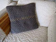 Ik had nog wat liggen van de boomstamhoes. Diy Crochet Pillow, Crochet Wool, Crochet Shawl, Easy Knitting, Knitting Patterns, Crochet Patterns, Knitted Cushions, Knitted Blankets, Quick Knits