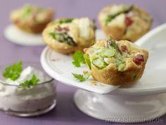 Spargel-Muffins mit Kräuter-Dip und gekochtem Schinken
