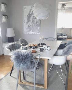 Also in the dining room you can … - living room White Dining Chairs, Dining Room Chairs, Cozy Living Rooms, Living Room Decor, Home Staging, Office Interiors, Cozy House, Decoration, Home Accessories