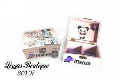 Boîte à Bijoux Manga Cette boîte à bijoux est idéale pour ranger vos bijoux et décorer vôtre espace grâce à sont style manga et son petit panda en fimo. Manga.   PAS D'ENVOI A L'INTERNATIONAL.   Dimensions: 14.5 cm x 11 cm Hauteur: 6,5 cm