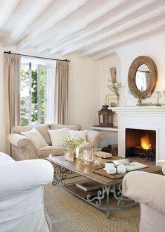 Blanco y beige, infalibles Dos tonos que suman calidez en el salón. Los beiges y crudos de cortinas y sofás, y las texturas de las fibras v...