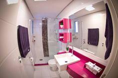 Banheiro Social Colorido: Banheiros translation missing: br.style.banheiros.moderno por INOVA Arquitetura
