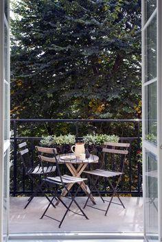 graceful patios, balconies and verandas: the most inspiring, seriously small . - Balkon Design -Perfectly graceful patios, balconies and verandas: the most inspiring, seriously small . Small Outdoor Spaces, Small Patio, Small Spaces, Tiny Balcony, Balcony Deck, Balcony Gardening, Balcony Chairs, Small Balconies, Cozy Patio
