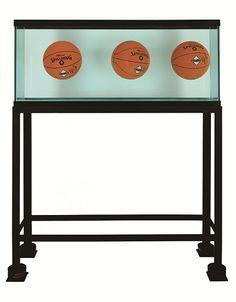 Jeff Koons : Aquarium avec trois ballons en parfait équilibre, 1985. Verre, acier, chlorure de sodium réactif, eau distillée et trois ballons de basket. Jeff Koo