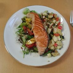 #tb to my belated birthday dinner yesterday  my boyfriend played chef de cuisine and made me this perfect salmon filet on ratatouille and mixed salad with mango and I almost died because the fish was sooo soft and tender!!!   #birthday #bekochtwerdenisttoll #salmon #lachsfilet #fitcrowd #protein #eiweiß #thankyou #cleaneating #nocarb #lowcarb #eatcleanstaylean #bbg #kaylasarmy #kaylaitsines #thekaylamovement #ilovelox #yummy #healthyeating #nomeat by steffi_eats_clean