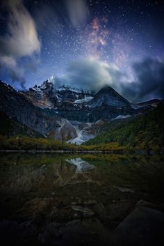 What is prettier, the starry sky above or the still lake at night? Love this photo