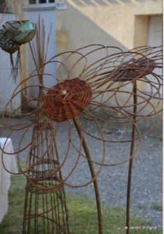 Wild weaving - fascination with wild herbs - Japanese Garden Design Willow Garden, Rusty Garden, Willow Weaving, Basket Weaving, Doily Art, Japanese Garden Design, Handmade Market, Garden Structures, Garden Ornaments