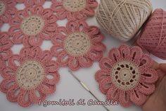 Per realizzare questo bel centro con fiori a uncinetto, occorre del cotone numero 5 ed un uncinetto 1,75. Spiegazioni e schema.