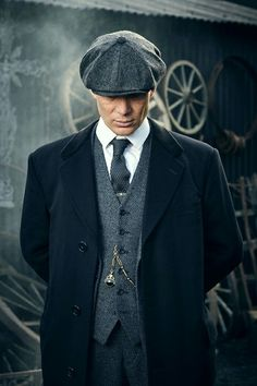 Cillian Murphy as Thomas Shelby on Peaky Blinders. classic and refined british dapper combo featuring a gray flatcap white button up shirt gray waistcoat gray trousers black topcoat gray knit tie silver tie bar gold watch chain. Peaky Blinders Poster, Peaky Blinders Wallpaper, Peaky Blinders Series, Peaky Blinders Quotes, Costume Peaky Blinders, Traje Peaky Blinders, Peaky Blinders Season, Peaky Blinders Tommy Shelby, Peaky Blinders Thomas