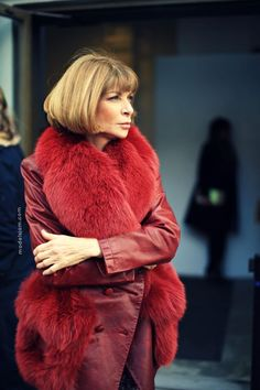 Anna Wintour and that epic topper during New York Fashion Week. Fur Fashion, Fashion Editor, Runway Fashion, Fashion Beauty, Anna Wintour Style, Street Style, Classy And Fabulous, Mode Style, Lady In Red