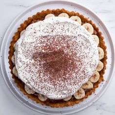 Banoffee Pie - Super easy, super delicious, can be made in a tart pan or a pie tin. Banoffee Pie, Pie Recipes, Dessert Recipes, Snacks Recipes, Pastry Recipes, Drink Recipes, Just Desserts, Delicious Desserts, Chocolate Shavings