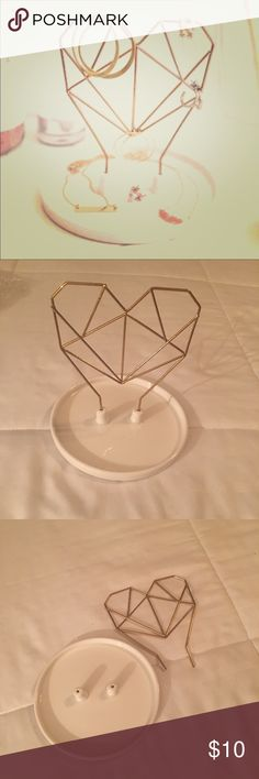 COXET WIRE HEART CERAMIC JEWELRY HOLDER BRAND NEW IN BOX... FROM THE WINTER FAB FIT BOX COLLECTION ... THIS COXET WIRE HEART CERAMIC JEWELRY HOLDER STAND IS SUPER CUTE & GREAT TO KEEP ALL YOUR JEWELRY ITEMS SAFE!!!  MAKES A GREAT GIFT!!!  FAB FIT BOX Jewelry