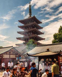 El humo del incienso se cuela por todos los rincones del templo Sensoji de Asakusa Tokio || The smoke of the incense sticks reaches every corner of Asakusa's Sensoji Temple in Tokyo #tokio #tokyo #sensoji #sensojitemple #japón #japan (by japonismo)