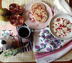 Buongiorno e buon venerdì! Il week end si avvicina! Quest'anno il mio albero di melograno ha fatto tanti frutti. Stacco chicco per chicco, immersa in mille pensieri e mille domande. Sgranocchio una galletta di riso tostata, calda e croccante. #etvoila tavola allestita! Buona colazione e buona giornata! #colazione #breakfast #buongiorno #goodmorning #venerdì #friday #melograno #pomegranate #gallette #riso #rice #yogurt #cocco #coconut #caffè #coffee #buonagiornata #haveaniceday…