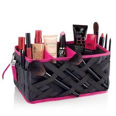 """Organiza con estilo. Utiliza este espacioso organizador para guardar y mantener en orden todos tus productos de belleza. Se puede doblar fácilmente para guardarlo. De 9 5/8"""" x 5 5/8"""" x 5 1/8"""". De poliéster y PVC.  Características:  • Prácticos bolsillos exteriores • 3 divisores interiores removibles organizan todos tus productos Avon • Prácticas cintas elásticas para tus brochas y pinceles Avon  No se incluye el contenido."""