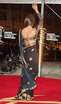 priyanka chopra in a beautiful saree Bollywood Designer Sarees, Bollywood Saree, Indian Bollywood, Bollywood Fashion, Bollywood Actress, Priyanka Chopra Saree, Saree Backless, Indian Blouse, Indian Wear