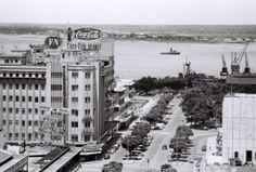 Vista da zona da Baixa de Lourenço Marques que inclui a esquina do Continental e do Scala, o prolongamento da Avenida D. Luiz até à Praça 7 ...