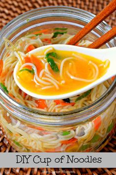 DIY Cup Of Noodles: Here's a DIY way to get your noodles fix while also upgrading it to be more delicious and packed with fresh ingredients. Easy and delish (Fresh Ingredients Recipes) Mason Jar Lunch, Mason Jar Meals, Meals In A Jar, Soup In A Jar, Cup Of Soup, Noodle Recipes, Soup Recipes, Cooking Recipes, Juicer Recipes