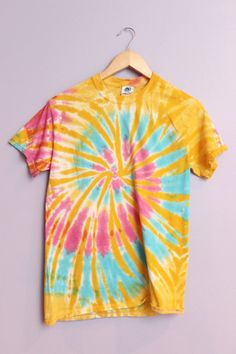 Spring Tie-Dye Unisex T-Shirt Tie Dye Diva Patterns: Tutorial Tuesday: How To Make The Fair & Squar .Tie Dye Diva Patterns: Tutorial Tuesday: How to make the Fair & Squar . Bleach Tie Dye, Tye Dye, Camisa Tie Dye, Moda Tie Dye, Diy Tie Dye Shirts, Tie Dye Fashion, Mens Fashion, Fashion Tips, Fashion Hacks