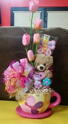 Learn how to make Cheap and Easy Birthday Gifts for Boyfriends - DIY Candy Bouquets. You can buy all the supplies you need at your local dollar store Mother's Day Gift Baskets, Themed Gift Baskets, Gift Hampers, Gift Bouquet, Candy Bouquet, Craft Gifts, Diy Gifts, Candy Arrangements, Bar A Bonbon