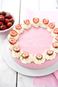 Strawberry quark Erdbeer- Quark- Kuchen Recipe for strawberry quark cake. A quark cake with strawberry puree without baking. The strawberry quark cream is light, fluffy and really fruity. A delicious refreshment for the summer. Strawberry Puree, Strawberry Cakes, Strawberry Recipes, Fruit Salad Recipes, Food Cakes, Cupcake Recipes, Yummy Cakes, Chocolates, Cake Decorating