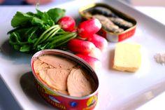 Assiette de sardines, ventrèche de thon, radis fanes au beurre. ©Raoul Dobremel