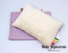 Zestaw poduszka i kocyk. Przedmioty w całości ręcznie wykonane z kolorowej bawełny w kropki i miękkiego pluszu Minky. Wykonane z największą starannością.