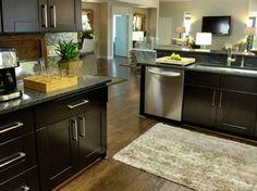 Tapete parece uma solução para fugir dos problemas de umidade na cozinha. Veja esse tapete localizado debaixo da área da pia da cozinha.