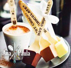 Faça este leite com chocolate para o lanche da tarde!!!! Submarino  --------------------------------------- Ingredientes   Chocolate ao leite ou meio amargo (vai de sua preferência) Leite quente Forminha de gelo Palitos de sorvete ou colherinha  --------------------------------------- Modo de preparo   Derreta o chocolate em banho-maria e coloque nas forminhas.  Encaixe os colherinhas e leve à geladeira para endurecer.   Retire da forminha e reserve.   Esquente o leite e mergulhe o chocolate…