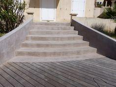 Réalisation d'un revêtement béton ciré sur un escalier extérieur avec une finition vernis antidérapant. Le béton ciré trouve aussi sa place dans nos extérieurs en réalisations d'escaliers, sol de terrasse, muret, [...]