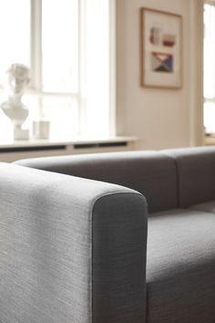Mags Sofa von HAY. Selbst leicht zusammenstellbar besticht diese Couch in zurückhaltender Eleganz, die geradezu nach Kissen schreit https://www.ikarus.de/marken/hay.html