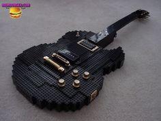 Guitar taille réelle réalisée avec des nombreuses briques de chez LEGO