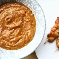 Satésaus eet ik zelf het liefst bij kip of frietjes, maar je kunt het bij zoveel dingen eten. Deze snelle satésaus is in 5 minuten klaar en je kunt hem zo pittig maken als je zelf wil. Wat heb je nodig voor vier personen? 200 gram pindakaas (zonder... #recept #zonderpakjes #zonderpakjesenzakjes Homemade Mayonaise, Sea Bass, Tomato Soup, No Cook Meals, Creme, Peanut Butter, Bbq, Curry, Spices