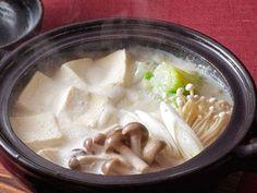 中村 元計 さんの高野豆腐,白菜を使った「高野豆腐の豆乳鍋」。高野豆腐を直接鍋に入れて煮ることで湯豆腐のようにふんわり、なめらかに。ゆでたもやしや豚肉などをいれても美味です。 NHK「きょうの料理」で放送された料理レシピや献立が満載。