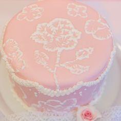 Frau Zuckerfee: brush embroidery Torte mit royal Icing