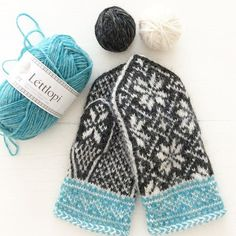 More Lopi love ❄️❄️❄️ Northman mittens knitted in the following colors Blue Heather Glacier/ 1404 Rough Sea/ 1415 White/ 0051 #lettlopi #icelandicyarn #mittens #mittenlove #knitting #knittedmittens #northmanmittens #winter #wintry #❄️ #
