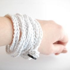DIY this super easy crocheted bracelet with button.