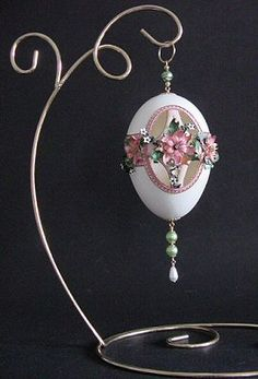 JP: Pendant Egg mais...pas Fabergé Egg Crafts, Easter Crafts, Types Of Eggs, Faberge Eier, Egg Shell Art, Faberge Jewelry, Easter Egg Pattern, Carved Eggs, Easter Egg Designs