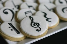 Here's a great idea for music lovers getting married: music note cookies! Is there a more delicious way to include music in your wedding? 📷Bee In Our Bonnet - Creativity and Cookies Iced Cookies, Cake Cookies, Sugar Cookies, Owl Cookies, Cupcakes, Cupcake Cakes, Pub Radio, Music Cookies, Piano Cakes